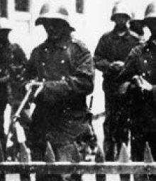 la troupe (une école de jeunes recrues âgées de 18 ans) se prépare à tirer sur la foule à Genève le mercredi 9 novembre 1932