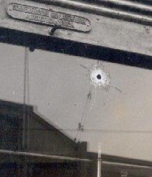 impacts de balles sur la vitrine d'une boulangerie