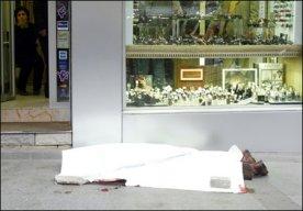 le corps de Hrant Dink gisant sur le trottoir devant le local du journal Agos peu après son meurtre