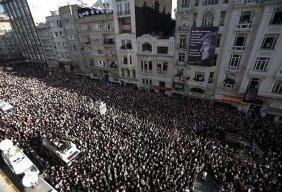 plus de 100'000 personnes suivent le cortège funéraire de Hrant Dink -  cliquer pour aggrandir l'image