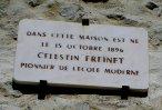Panneau situé au-dessus de la porte d'entrée de la maison natale de Freinet - cliquer pour agrandir l'image !