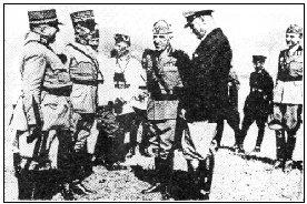 Guisan en compagnie de Mussolini et du roi d'Italie assiste aux manoeuvres de l'armée du Duce --- Mussolini sera exécuté le 28 avril 1945, pendu par les pieds le 29 et Hitler se suicidera le 30 dans son bunker de la chancellerie du Reich de Berlin --- Guisan survivra à ses compromissions