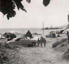 la plage de sable de Saint-Clair,  près du Lavandou, vers 1955; le camping sauvage y était alors permis; au fond à droite, l'île de la Baleine