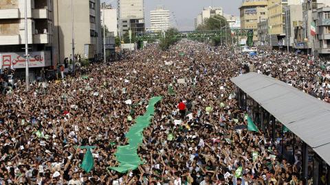 En fin d'après-midi, lundi 15 juin 2009, près d'un million de partisans de Mir Hossein Moussavi, selon la police, ont manifesté dans les rues de Téhéran, malgré le fait que le rassemblement avait été interdit par le ministère de l'Intérieur.