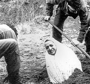préparatifs de l'exécution d'une femme par lapidation dans la République Islamique d'Iran
