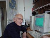 Marcel pratique l'informatique et la programmation depuis 1985; ici en avril 2004, rue du Puits 27, dans son bureau (photo Hélène Grand)