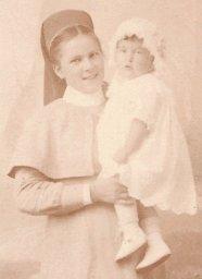 Margot en 1919, dans les bras de sa nurse (photo J. Groepler, La Chaux-de-Fonds)